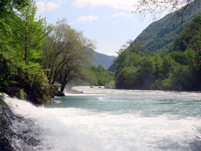 Фото: горная река по дороге в Рицу