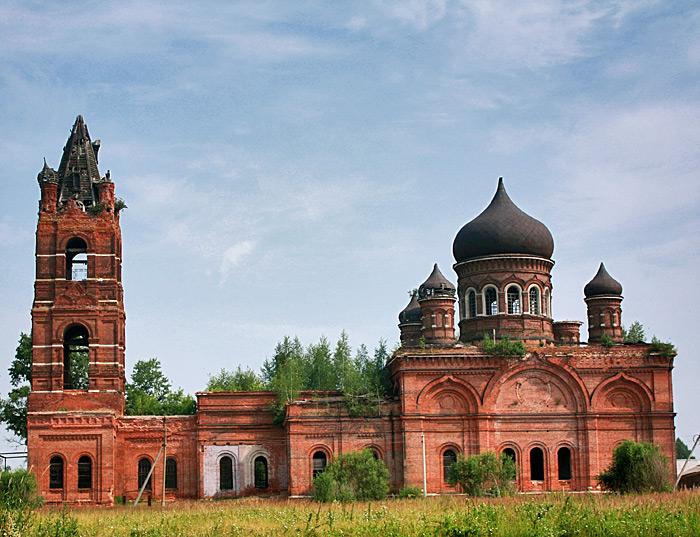 Заброшенная церковь около реки Цна