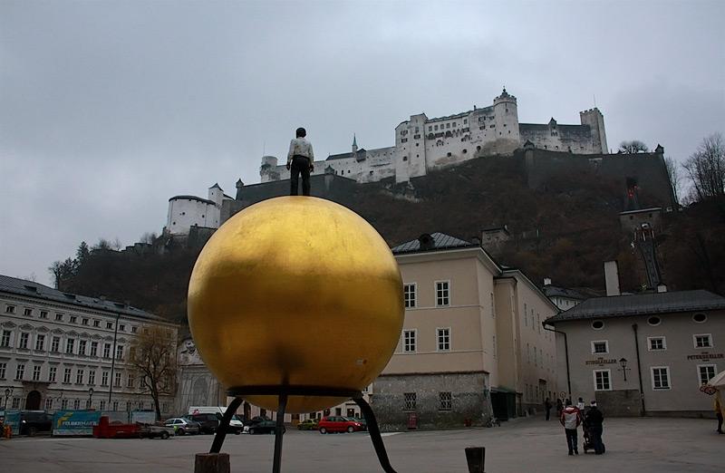 золотой шар в центре Зальцбурга