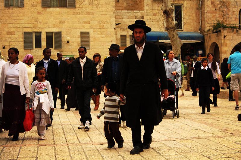 Иудей в шляпе и с пейсами