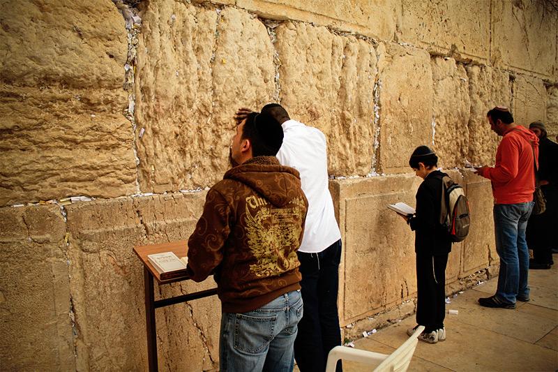 Верующие у стены Плача
