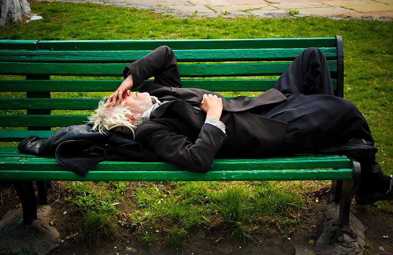 Фото: пьяница спит на скамейке