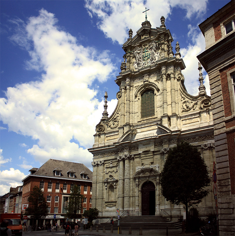 Фото: Разрушенная и восстановленная церковь в Лёвене