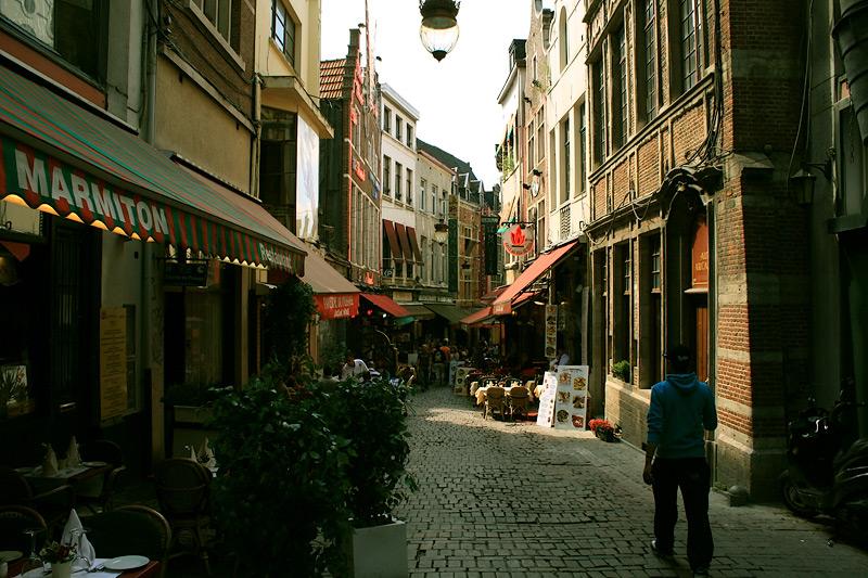 Фото: узкая улочка в Брюсселе