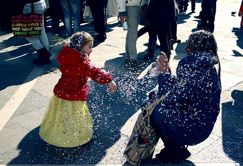 Девочка кидает мишуру
