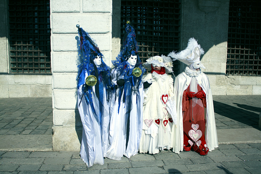 Люди наряжаются в костюмы