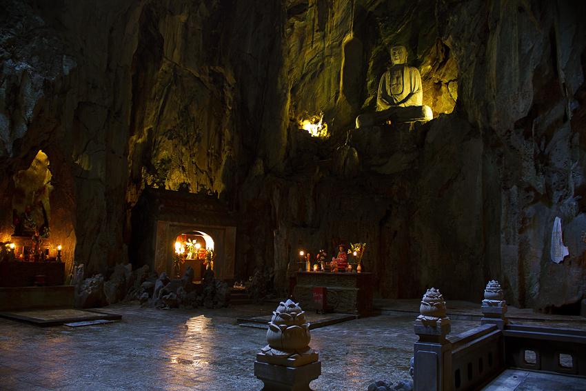 Внутри пещеры в мраморных горах
