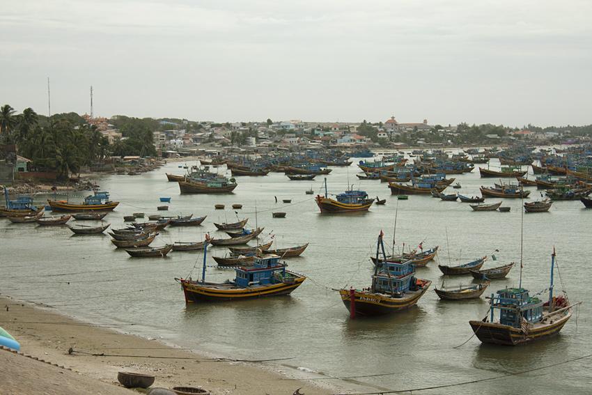 Лодки в рыбацкой деревушки в Муйне
