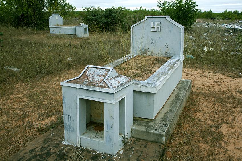 Свастики во Вьетнаме на могилах