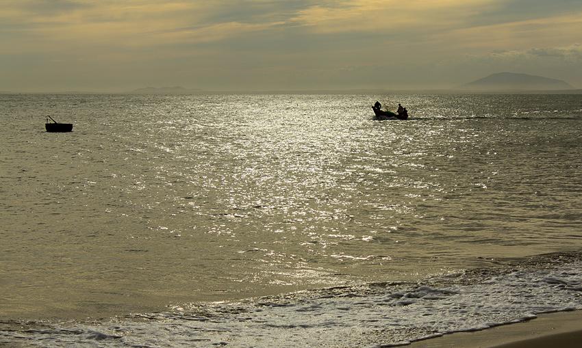 Фото: рыбацкая лодка в море на закате