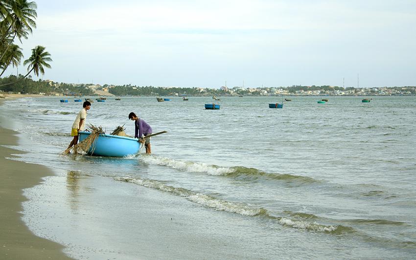 Вьетнамцы отплывают на рыбацкой лодочке