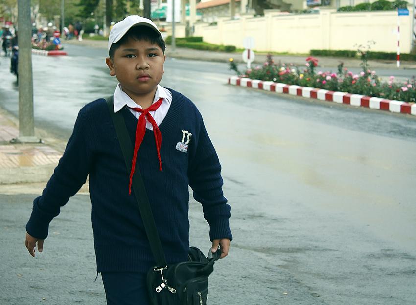 Вьетнамский школьник в пионерском галстуке