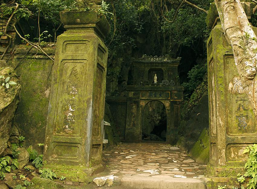 Вход в одну из пещер мраморных гор