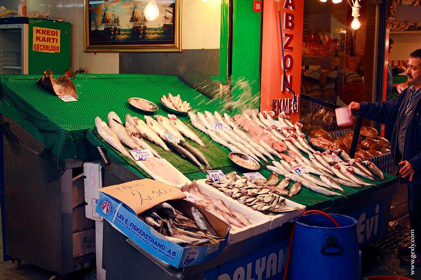 Улов на рыбном базаре в Стамбуле